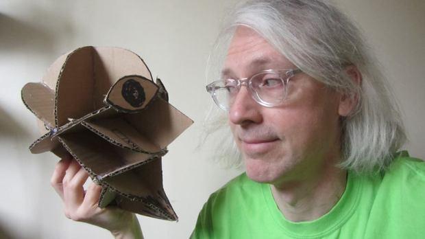 Kris Fleerackers with puppet skull, avec crâne de marionnette